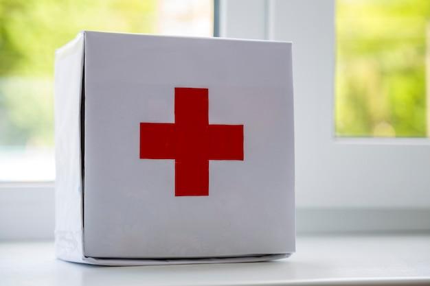 Botiquin de primeros auxilios contenido cruz roja