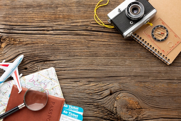 Kit de viaje de vista superior sobre una mesa de madera Foto gratis