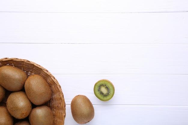 Kiwi en una cesta sobre fondo blanco Foto Premium
