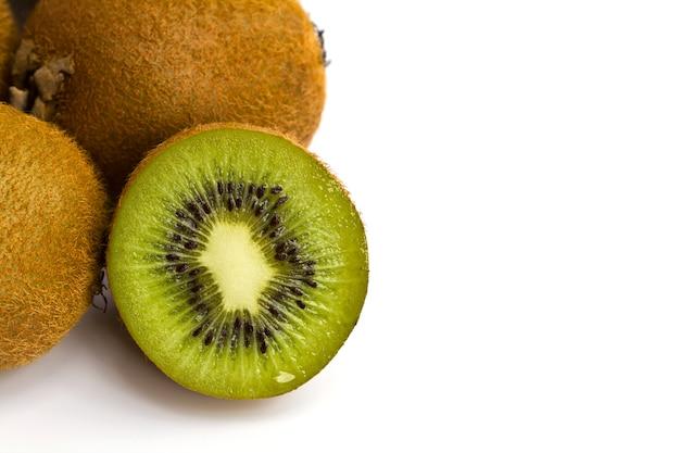Kiwi cortado por la mitad Foto gratis