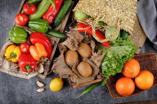 Kiwies, naranjas y coloridos pimientos. Foto gratis