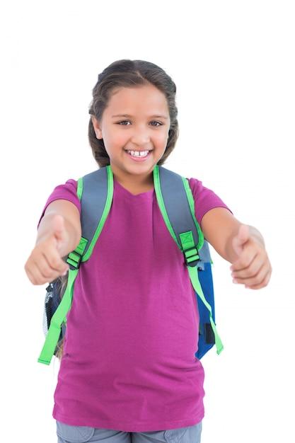 La niña con la bolsa de libros hace los pulgares para arriba en la ...