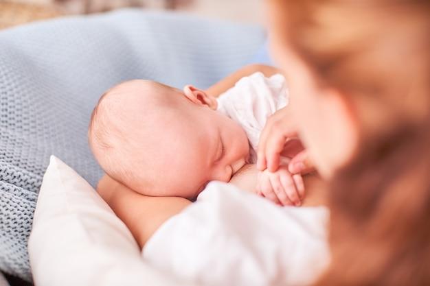 Lactancia materna. mamá alimenta al niño. con espacio de texto libre copia espacio Foto Premium