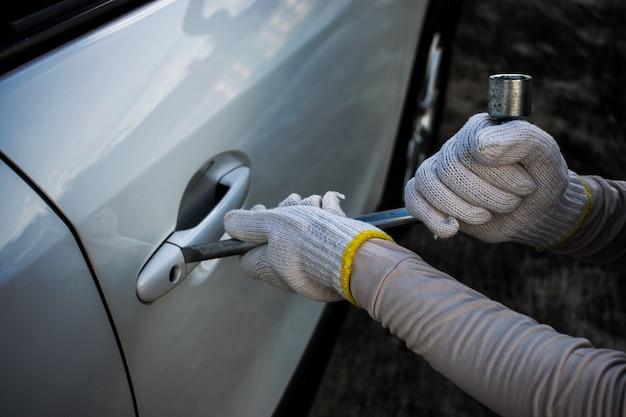 Ladrón intenta robar el auto Foto Premium