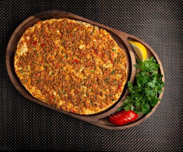 Lahmajun turco con carne rellena con limón y hierbas Foto gratis