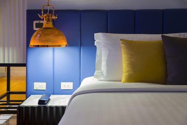 Lampara Colgante Moderna Con Interruptores De Luz En Mesa Auxiliar