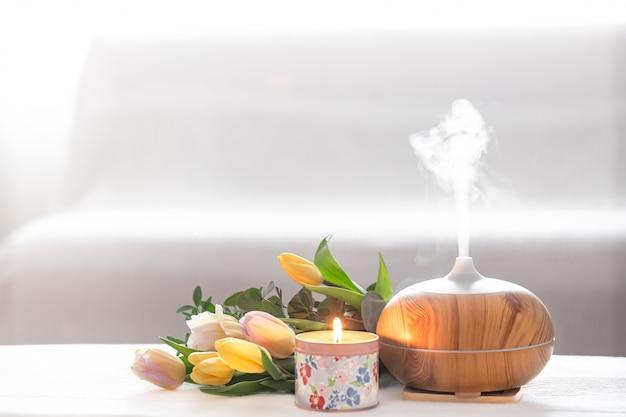 Lámpara difusora de aceite aromático sobre la mesa. Foto gratis