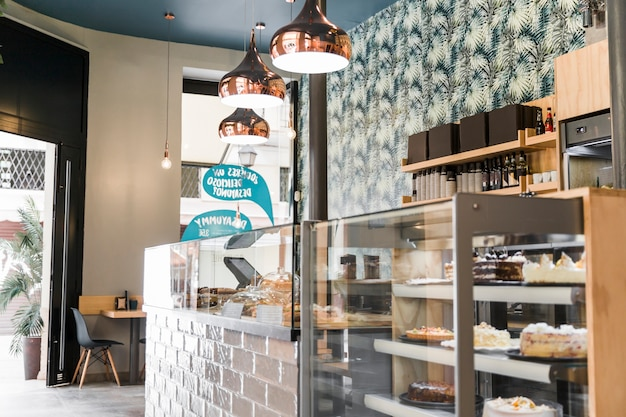 Lámpara iluminada sobre vitrina en panadería Foto Premium