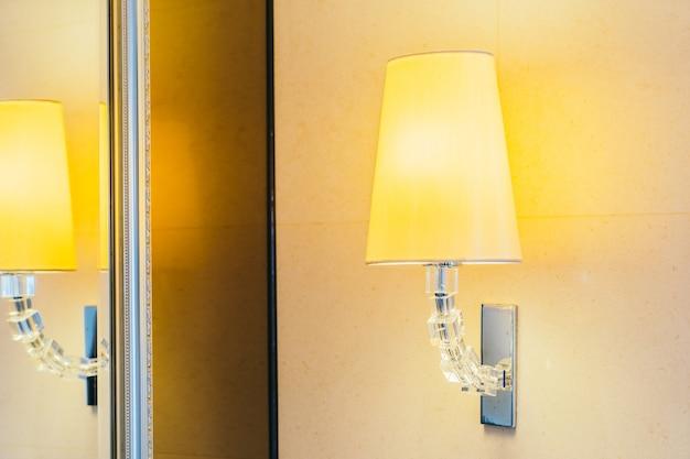 7696da3aef2 Lampara de luz electrica en pared decoracion interior.