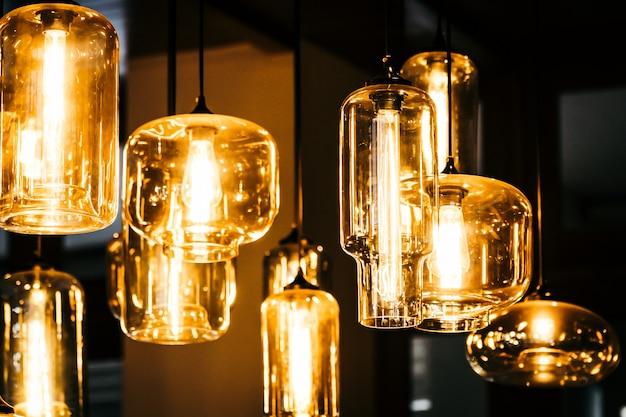 Lámpara de luz hermosa bombilla decoración interior de habitación. Foto gratis