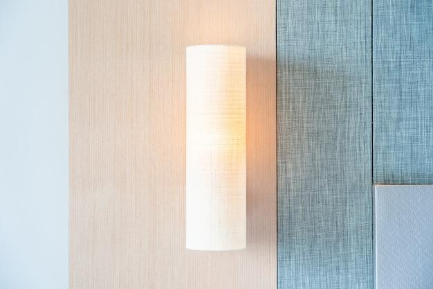 Lámpara de luz en pared interior de decoración. Foto gratis