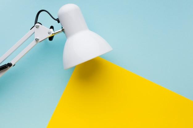 Lámpara con vista superior del concepto de luz Foto gratis