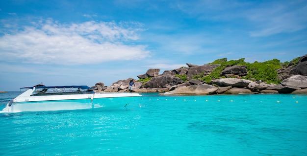 Lancha rápida en mar tropical hermoso mar turquesa y cielo azul Foto Premium