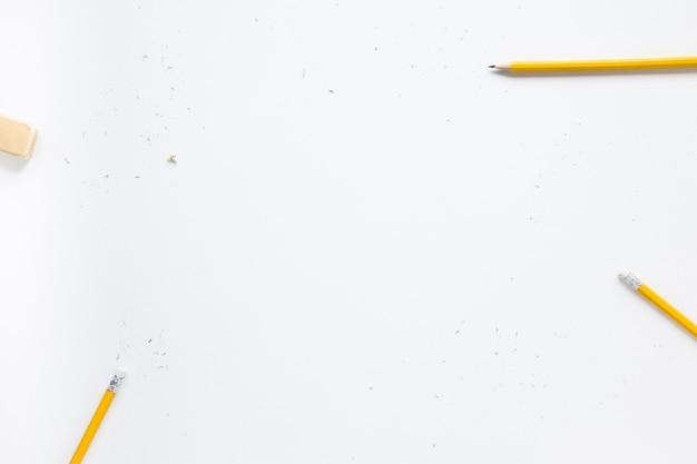 Lápices y borrador sobre fondo blanco. Foto gratis