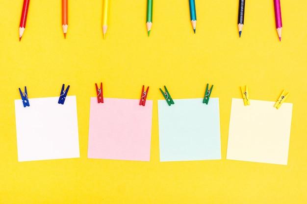 Lápices De Colores Alfileres Y Hojas De Madera Para