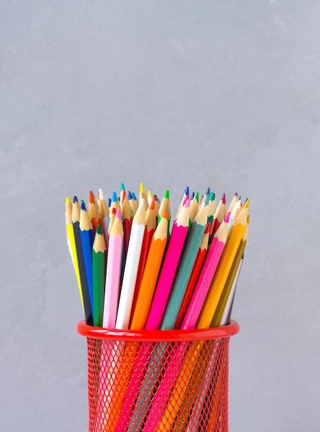 Lápices de colores fondo gris Foto Premium