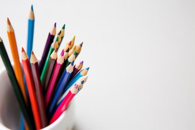 Lápices de colores sobre fondo blanco con copyspace Foto Premium