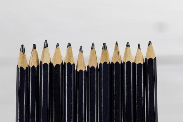 Lápices sobre fondo blanco. Foto gratis