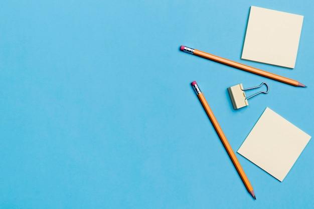Lápices de vista superior con notas adhesivas sobre la mesa Foto Premium