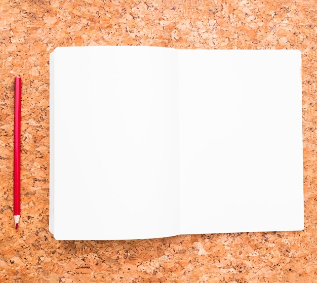 Lápiz y cuaderno abierto. Foto gratis