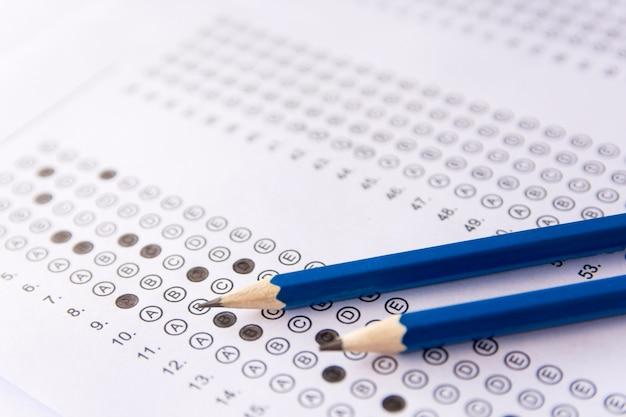 Lápiz en hojas de respuestas o formulario de prueba estandarizado con respuestas burbujeadas Foto Premium