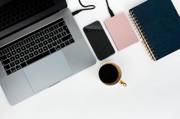 Laptop con disco duro y notebook. Foto gratis