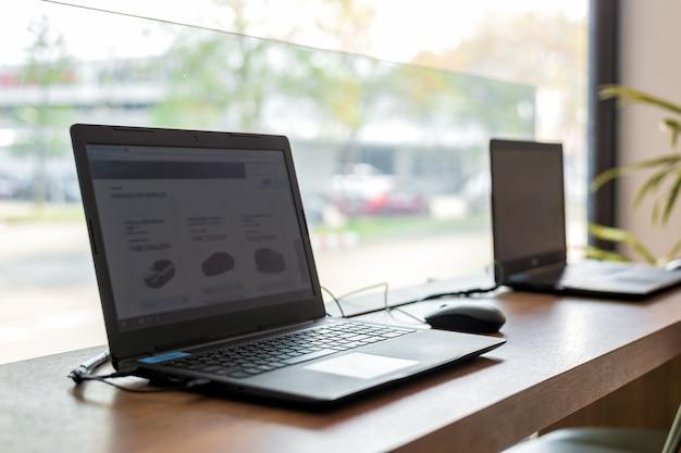Laptop en mesa de madera en oficina Foto Premium
