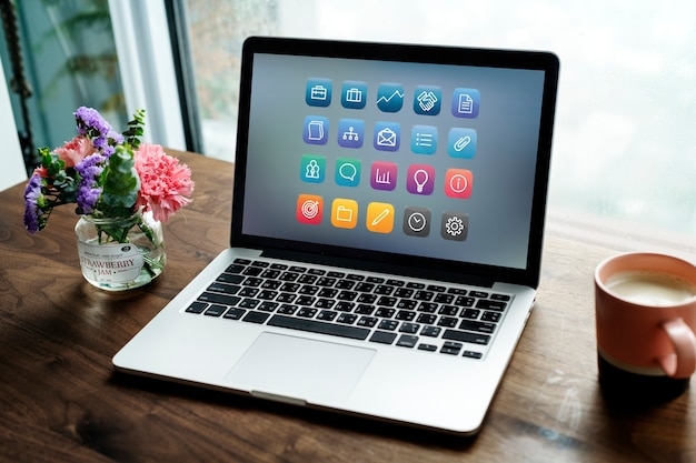 Laptop en una mesa de madera Foto gratis