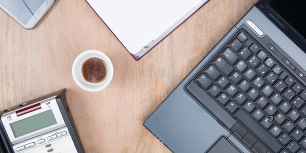 Laptop con taza de café vista superior de la oficina en casa Foto Premium