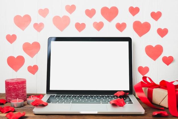 Laptop y decoraciones del día de San Valentín Foto Gratis