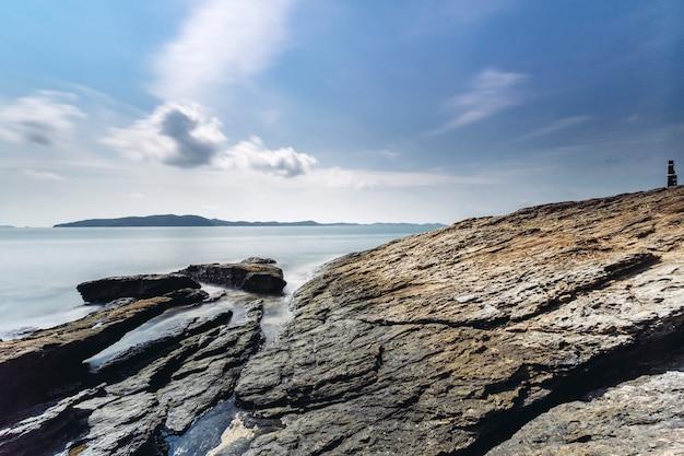 Larga exposición de roca y costa en el mar de tailandia Foto gratis