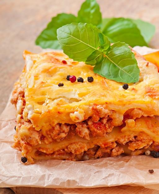 Lasaña clásica con salsa boloñesa Foto gratis