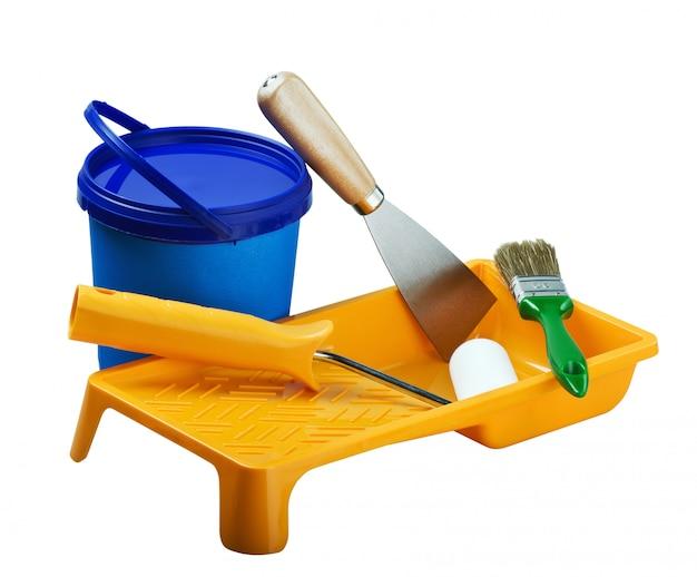 Latas de plástico de pintura y herramientas de pintura. Foto Premium