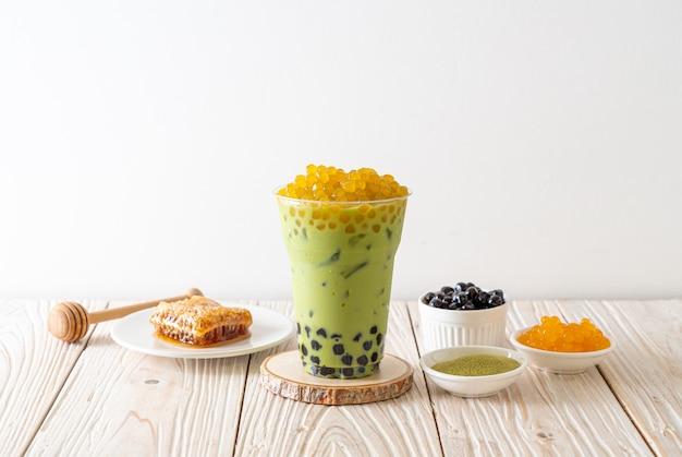 Latte de té verde con burbujas y burbujas de miel Foto Premium