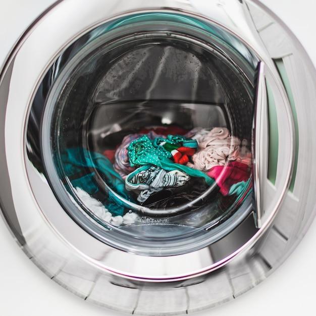 Lavadero de color mojado en la lavadora. Foto Premium