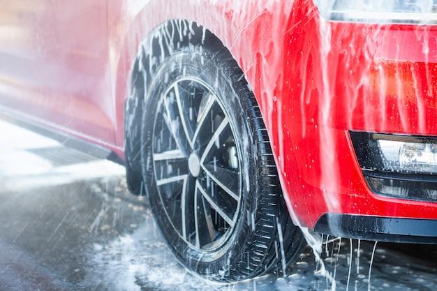 Lavado de autos con jabón. concepto de cerca. Foto Premium