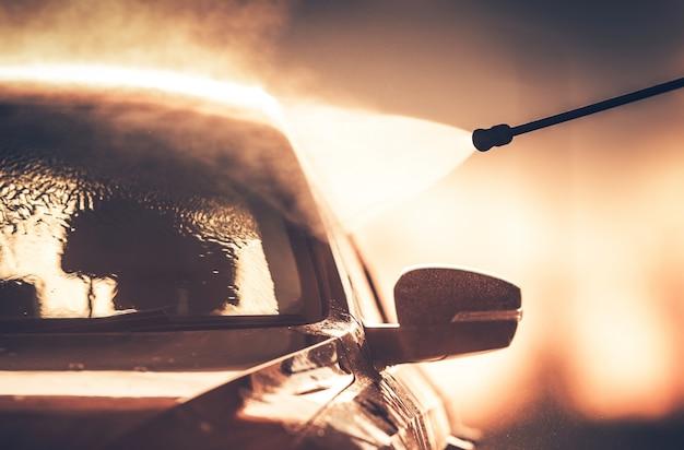 Lavado de vehículos en el lavado de coches Foto gratis