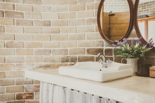 Lavamanos con una planta y espejos Foto Gratis
