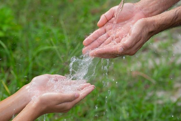 Lavarse las manos con jabón para prevenir enfermedades. Foto gratis