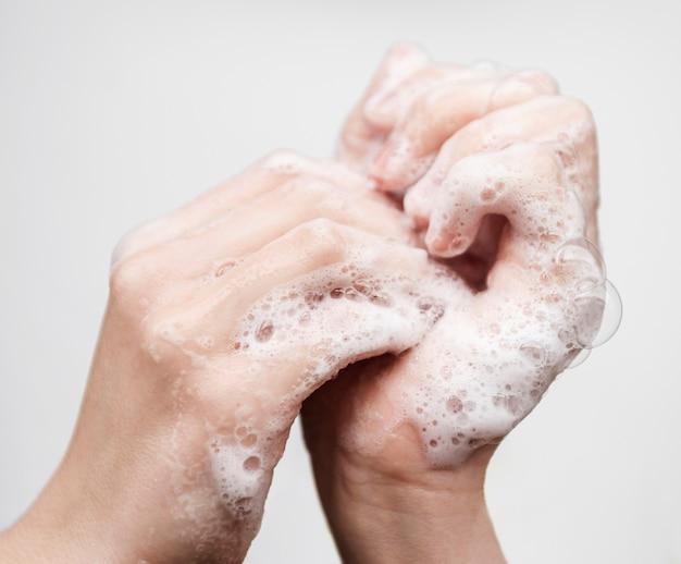 Lavarse las manos con jabón Foto gratis