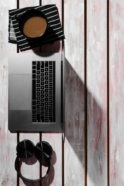 Lay flat de concepto de escritorio en mesa de madera Foto gratis