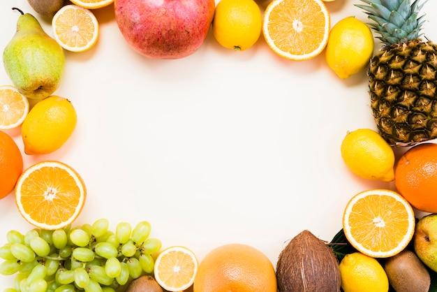 Lay flat de frutas tropicales y cítricos. Foto gratis