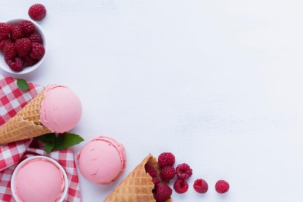 Lay flat de helado de frambuesas con espacio de copia Foto gratis