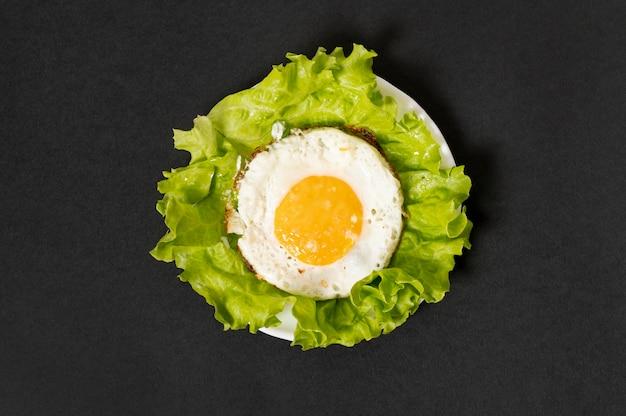 Lay flat huevo frito sobre fondo liso Foto gratis
