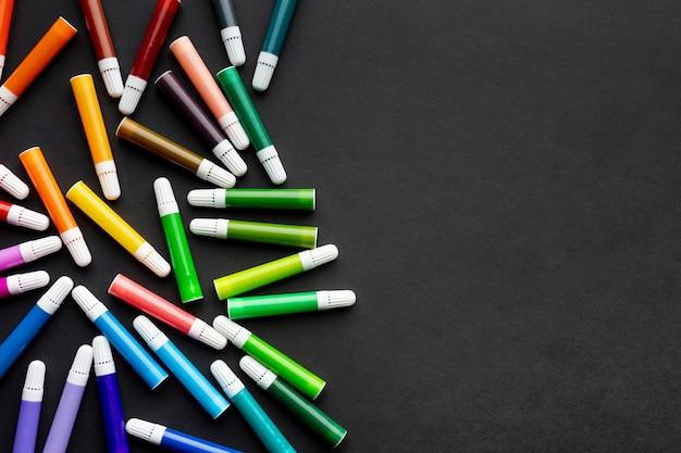 Lay flat de marcadores de colores con espacio de copia Foto gratis