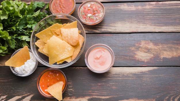 Lay flat de nachos, ensaladas y salsas. Foto gratis