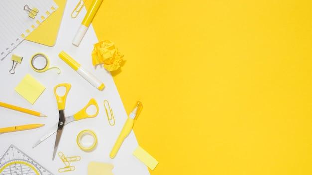 Lay flat de papelería de oficina con espacio de copia y tijeras Foto Premium