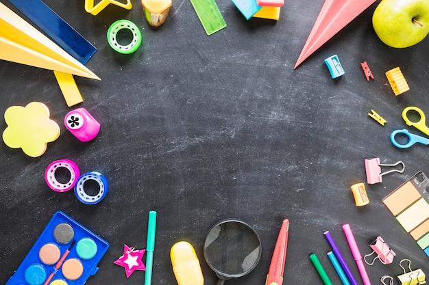 Lay flat de pizarra y herramientas escolares Foto gratis