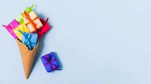 Lay flat de regalos en cono de helado Foto gratis