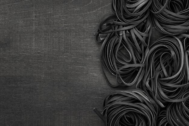 Lay flat de tagliatelle negro con espacio de copia Foto gratis